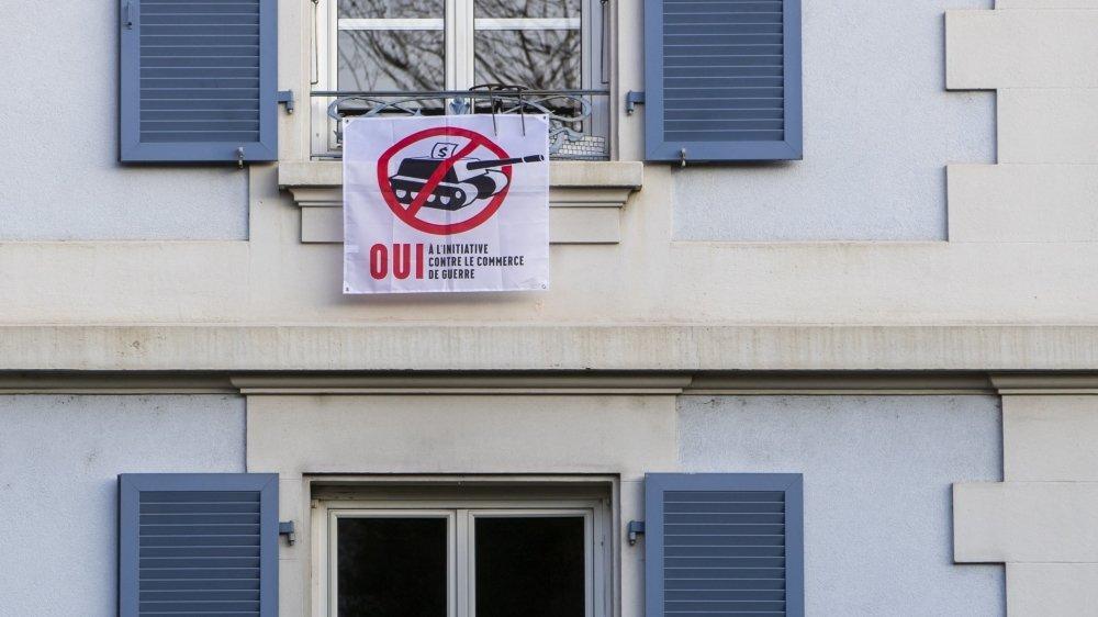 """Neuchâtelois et Jurassiens se sont mobilisés """"pour une interdiction du financement des producteurs de matériel de guerre""""."""