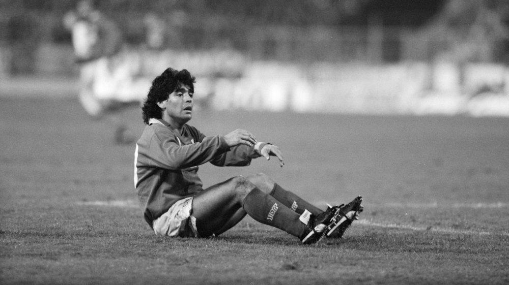 Diego Maradona est au sol après avoir subi une faute lors d'une rencontre de Coupe UEFA (désormais Europa League) entre Naples et Wettingen. Stade du Letzigrund, Zurich, le 17 octobre 1989.