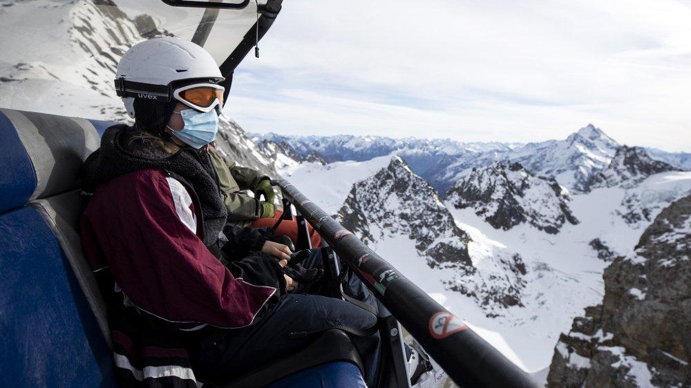 En Suisse, il est possible de skier, mais le masque est de rigueur.