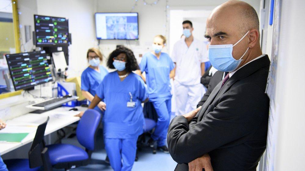 Le conseiller fédéral Alain Berset (à droite) s'est entretenu avec le personnel hospitalier lors d'une visite des soins intensifs de l'hôpital Pourtalès, à Neuchâtel.