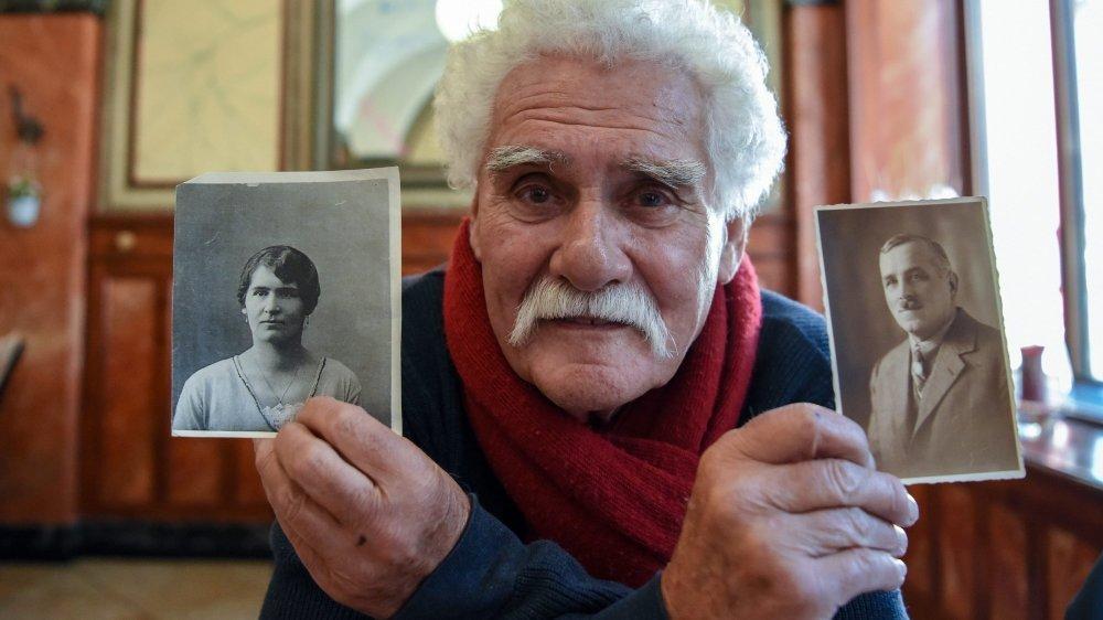 Charles de la Reussille montrant les photos de sa grand-mère Julia et de son grand-père Charles-Edouard. Archives: Christian Galley  La Chaux-de-Fonds, le 9 novembre 2018 Photo: Christian Galley