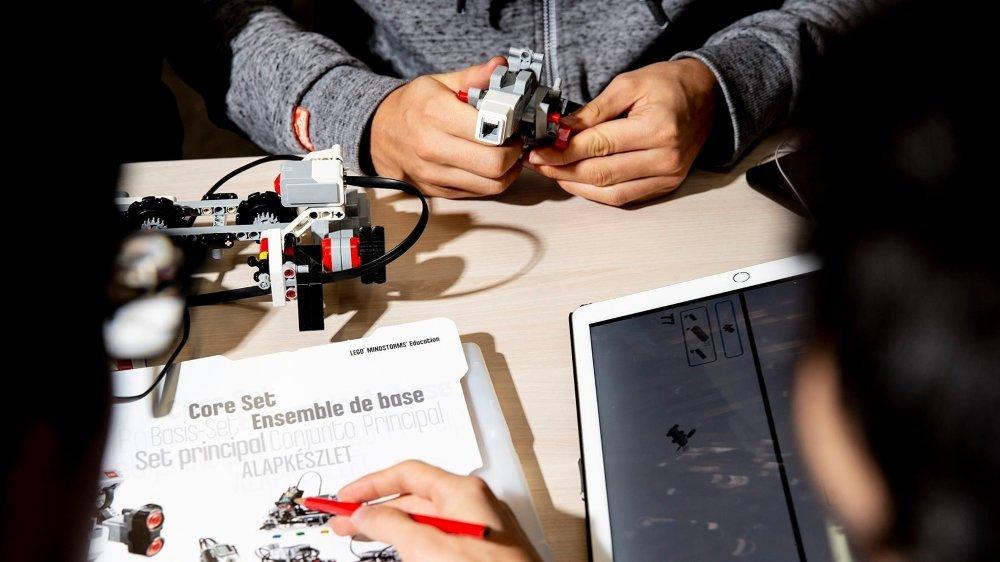 De jeunes Neuchâtelois lors d'un cours de robotique au lycée Denis-de-Rougemont.