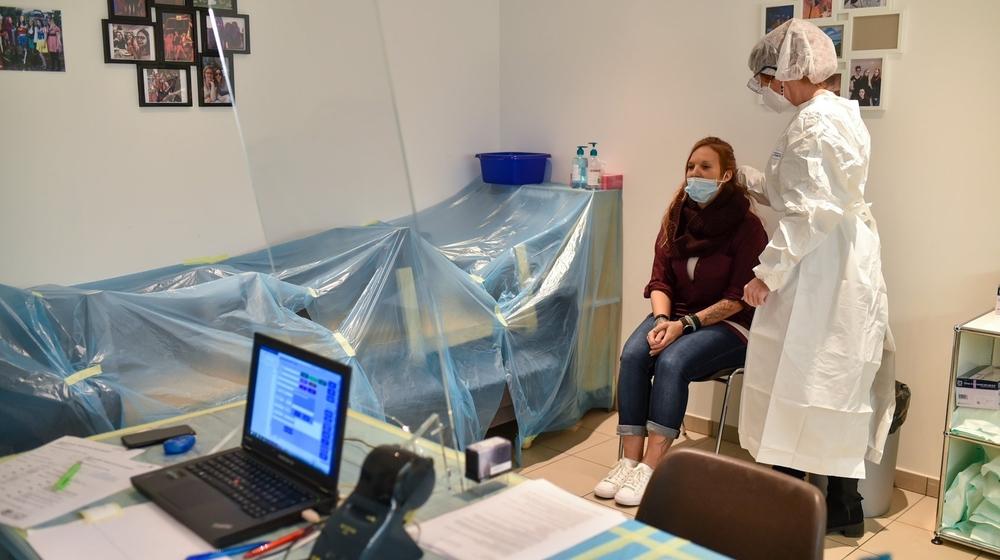 Le test antigénique permet d'obtenir un résultat dans les quinze minutes après avoir effectué le prélèvement. Ici, à la pharmacie plus Marti, à Cernier.
