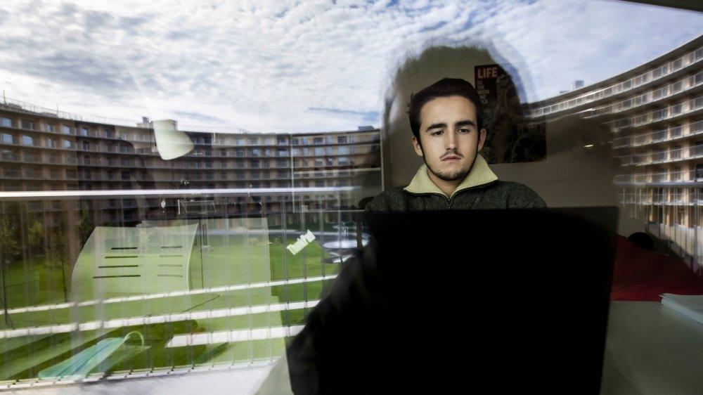 Un étudiant face à son ordinateur dans un logement universitaire proche de l'Ecole polytechnique fédérale de Lausanne.