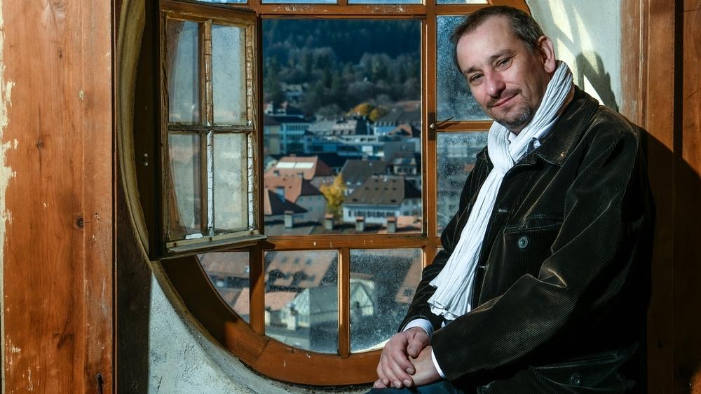 Le nouveau conseiller communal PLR Jean-Daniel Jeanneret dans le clocher du Grand Temple à La Chaux-de-Fonds.