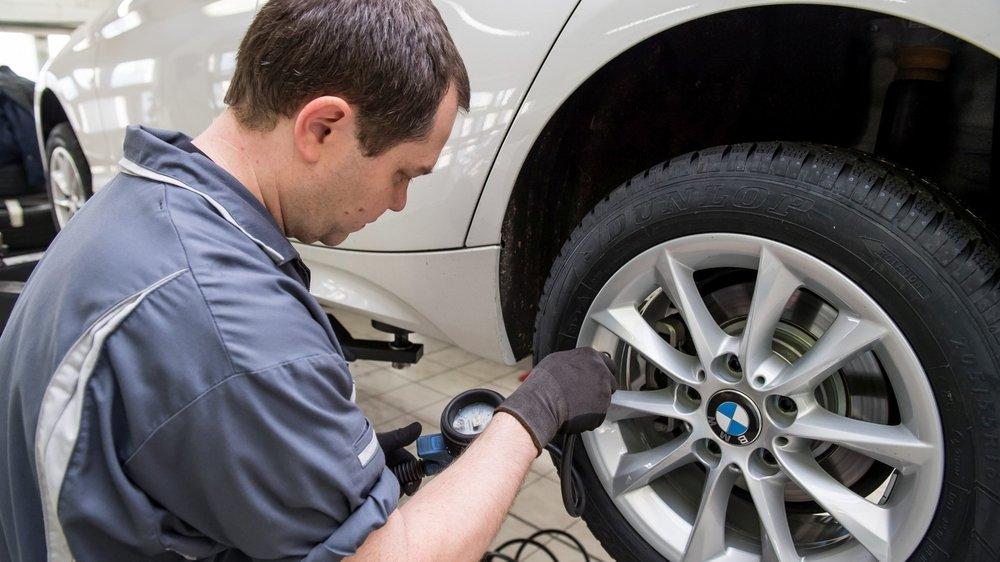 Les pneus d'hiver ne sont pas obligatoires en Suisse. En revanche, chaque automobiliste est tenu d'équiper son véhicule en fonction des conditions.