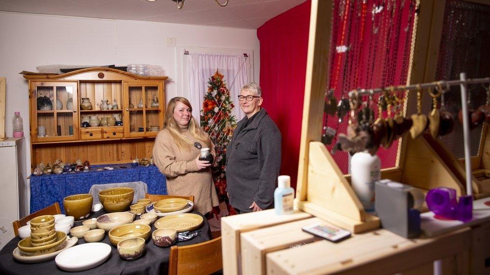 «Près de mille artisans, en provenance de toute la Suisse, rejoignent quotidiennement le groupe» se réjouit Laura-Margot Maaz (à gauche), ici avec Laure Haussener, l'une des artisanes.