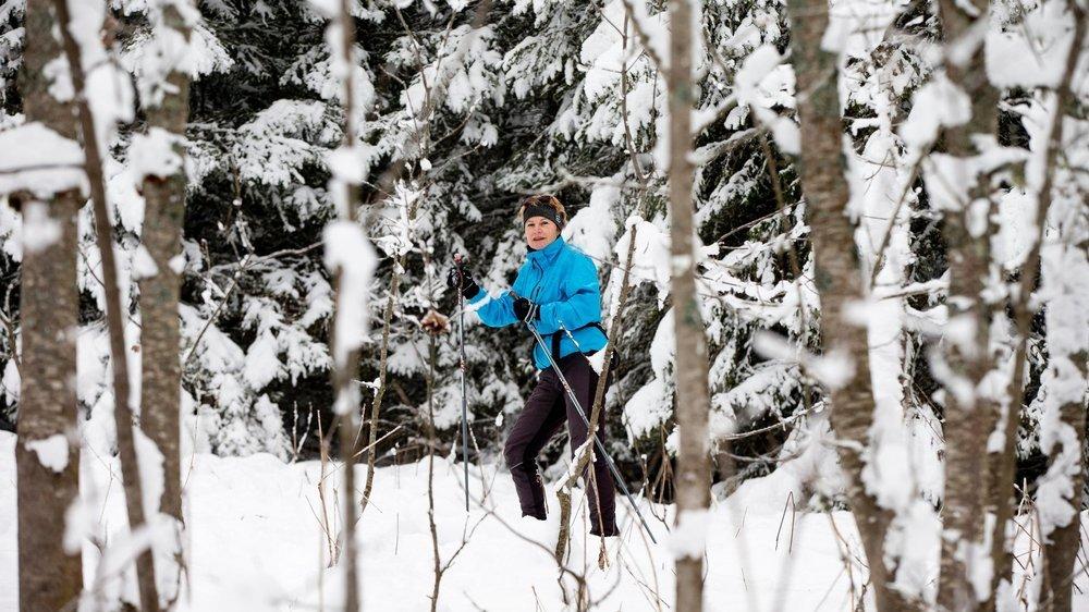 Zsuzsanna Béri, ici lors d'une sortie à ski de fond ce lundi à La Vue-des-Alpes, éprouve le besoin de sortir et de bouger.