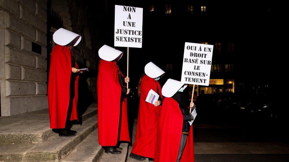 Les militantes avaient choisi de se déguiser en «Servante écarlate», ce mercredi soir à Neuchâtel.