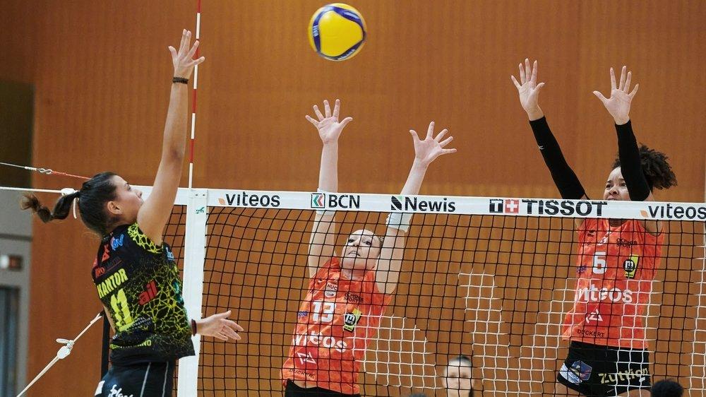 Sarah Trösch (au centre) et Lauren Page (à droite) résistent à Mercedesz Cantor. Les Neuchâteloises ont pris leur revanche face aux Luganaises.