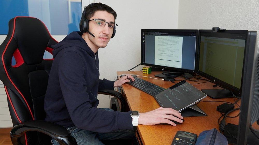Robin Plumey suit des études d'informatique à l'EPFL. Dyslexique, il utilise un logiciel qui lui lit les données des exercices.