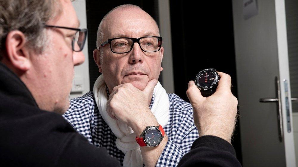Luc-Olivier Erard (à g.) et Thierry Brandt en grande discussion à propos de la T-Touch Connect Solar de Tissot.
