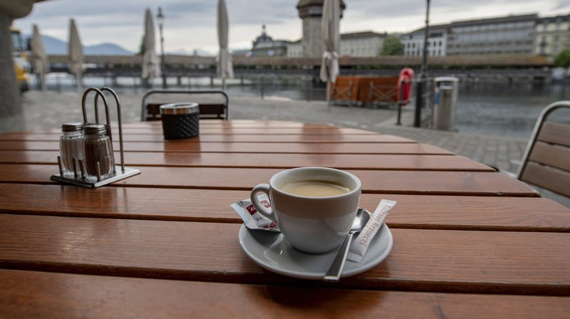 """Si les restrictions anti-Covid sont maintenues, les cafetiers suisses pourraient se voir contraints de relever le prix du """"petit noir"""" de 10% l'année prochaine."""