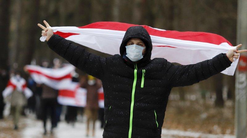 Bélarus: manifestations contre Loukachenko à Minsk, des dizaines d'arrestations