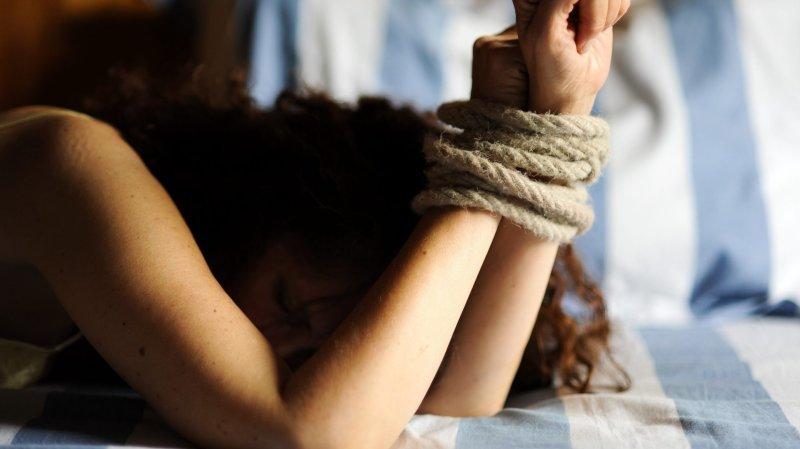 La Chaux-de-Fonds: un trentenaire est jugé pour avoir menotté et violé une ado