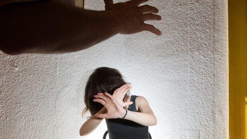 Comment agir quand on est confronté à un cas de maltraitance? Les conseils de la police et d'un juge neuchâtelois