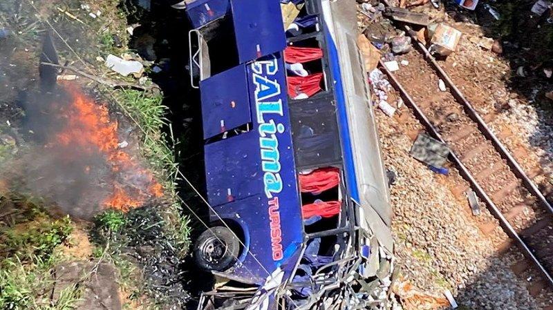 Un autocar tombe d'un viaduc au Brésil: au moins 16 morts