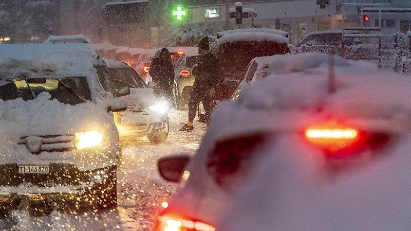 Fortes chutes de neige au Tessin: lignes ferroviaires bloquées, trafic routier perturbé