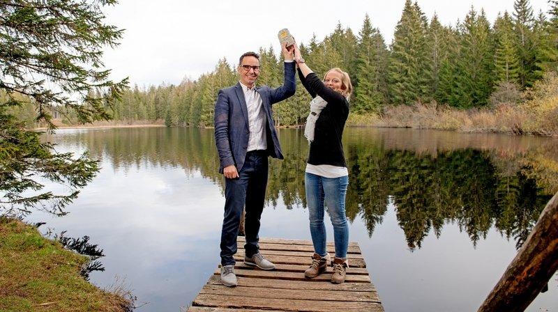 À gauche, le directeur de Jura Tourisme, Guillaume Lachat, avec Gaëlle Rion, responsable de projets. Ensemble, ils présentent leur 2e prix.