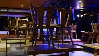 Le canton de Neuchâtel veut affiner la règle du «debout-assis» dans les établissements publics