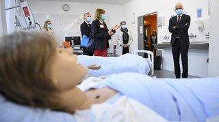 Des mannequins posés dans des lits lors de la visite d'Alain Berset à Neuchâtel font réagir les lecteurs