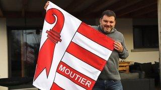 Moutier en toutes lettres sur le drapeau du Jura à Delémont