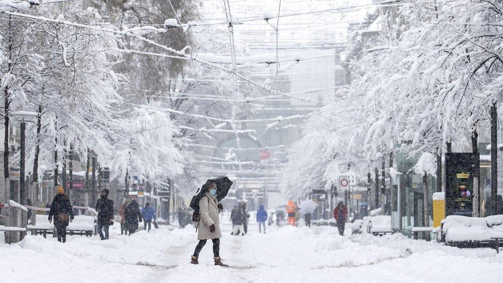Zurich découvre les joies d'un hiver enneigé.