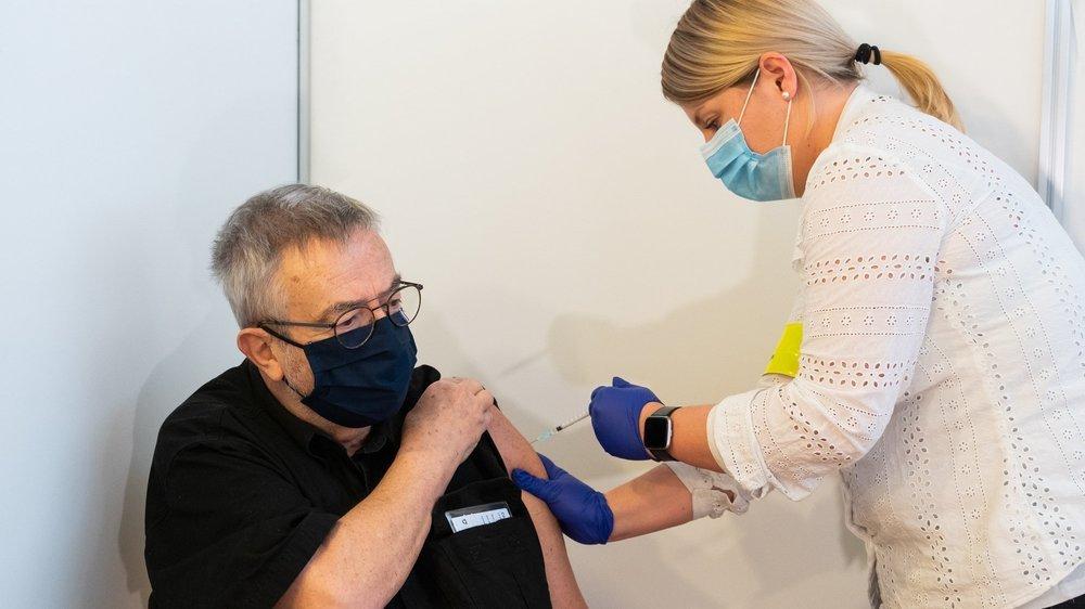Jean-François Bueche, 75 ans, est le premier Neuchâtelois à avoir été vacciné contre le coronavirus Sars-CoV-2.