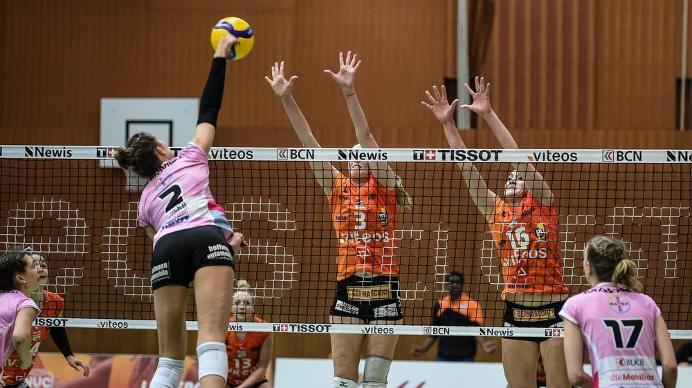 Martina Halter (n°3) et Tia Scambray (en orange, de face) devront s'élever très haut pour faire face aux attaquantes bâloises (ici Luisa Schirmer).