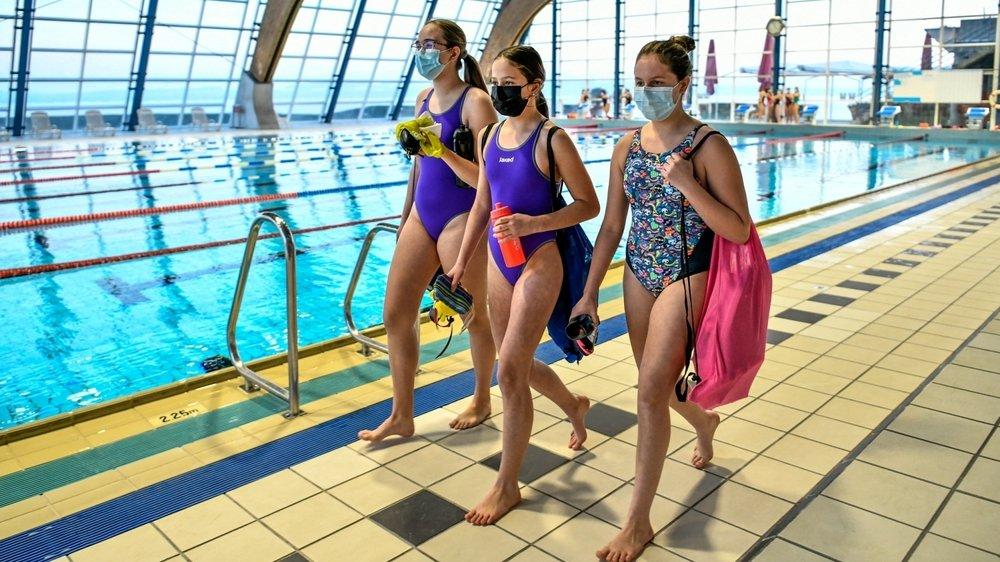 A moins qu'elles soient dans l'eau ou sous la douche, les nageuses du Red-Fish Neuchâtel n'ont pas le choix: le masque est obligatoire au Nid-du-Crô.