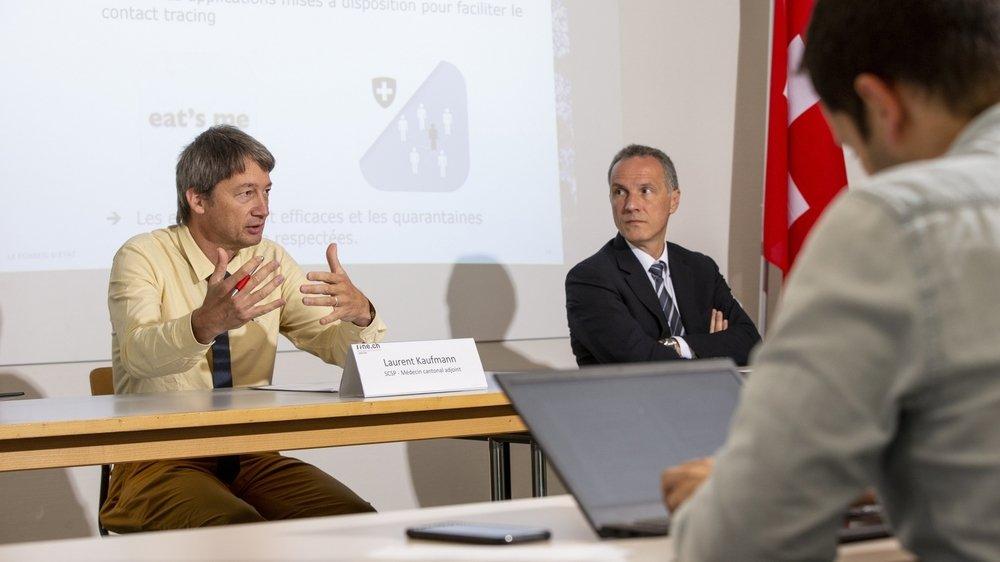 Selon Laurent Kaufmann, médecin cantonal adjoint (ici à gauche), les incitations et les obligations à la vaccination viendront peut-être des compagnies aériennes, des entreprises ou des milieux sportifs.