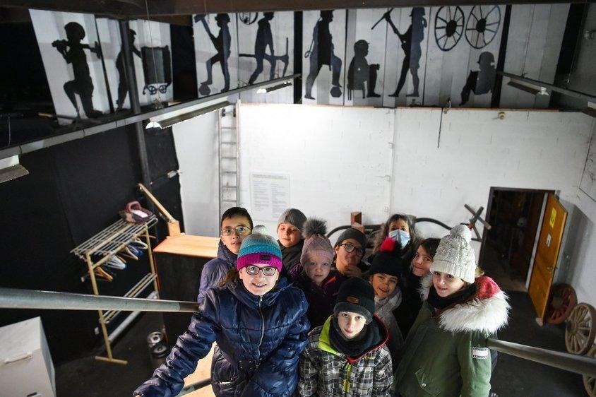 Les petits artistes et leur peinture murale, aux Mines d'asphalte de La Presta, à Travers.