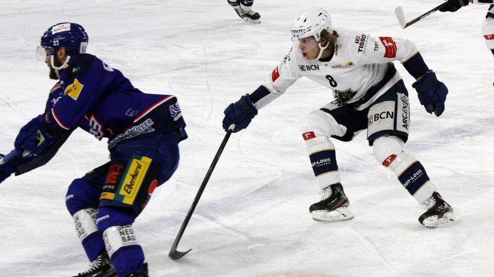Encore en manque de rythme, Mathias Trettenes (en blanc) a, enfin, rejoué un match de hockey sur glace.