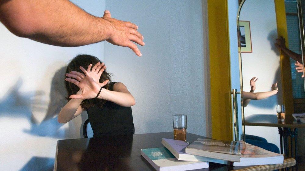 L'individu condamné sera astreint à un suivi par une entité qui s'occupe de personnes auteurs de violences conjugales (image d'illustration).