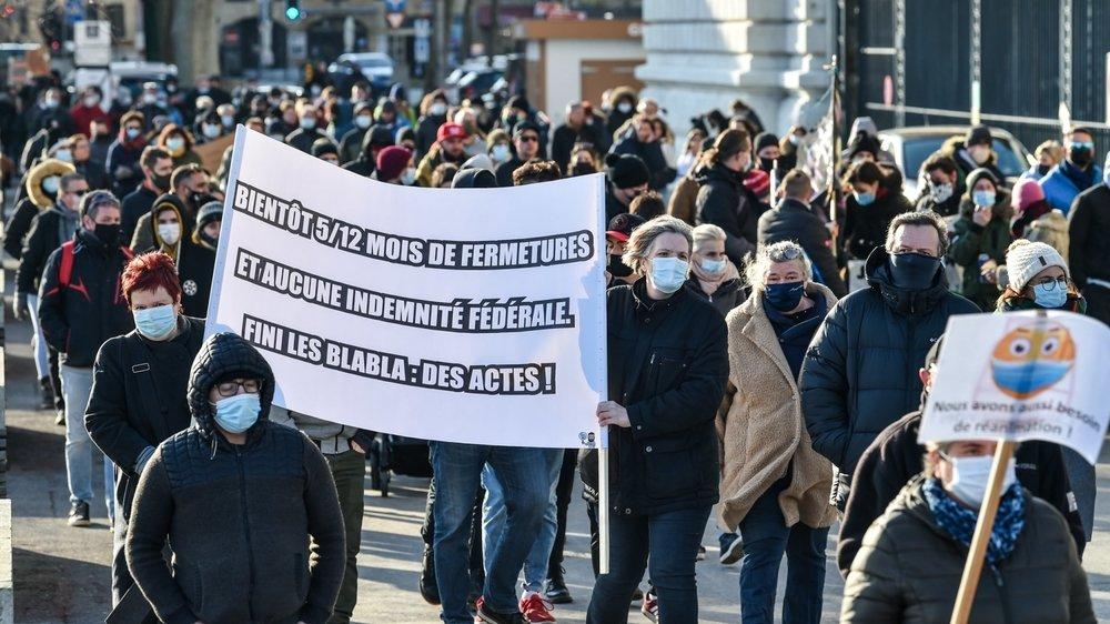 De nombreux manifestants en soutien à la restauration à leur arrivée à la place du Port, à Neuchâtel.