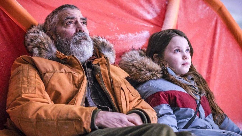 Clooney campe un vieux savant qui veille à la survie de l'humanité.