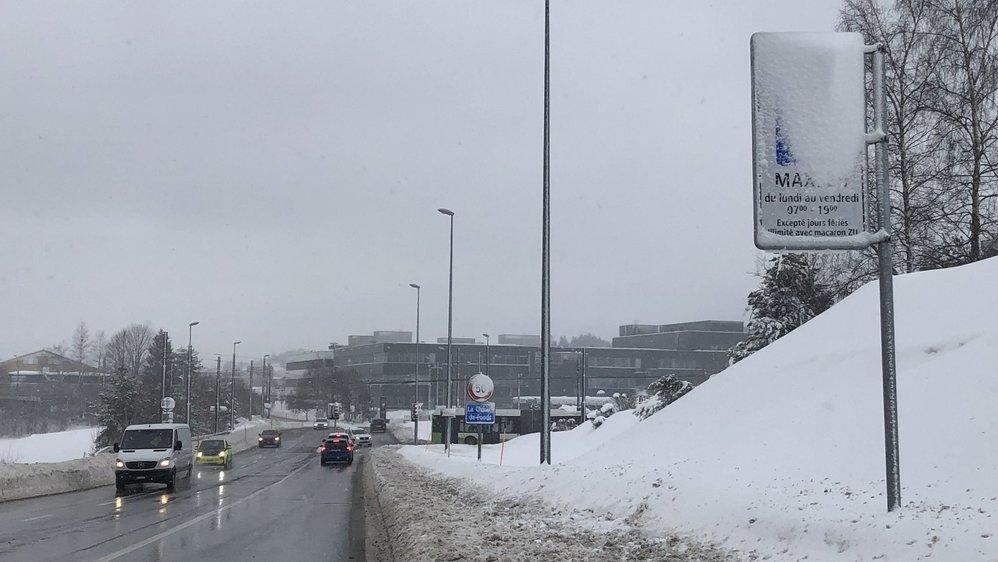 Ce panneau «macarons» à l'entrée de La Chaux-de-Fonds, du côté du Crêt-du-Locle, était recouvert de neige, mercredi 13 janvier au matin.