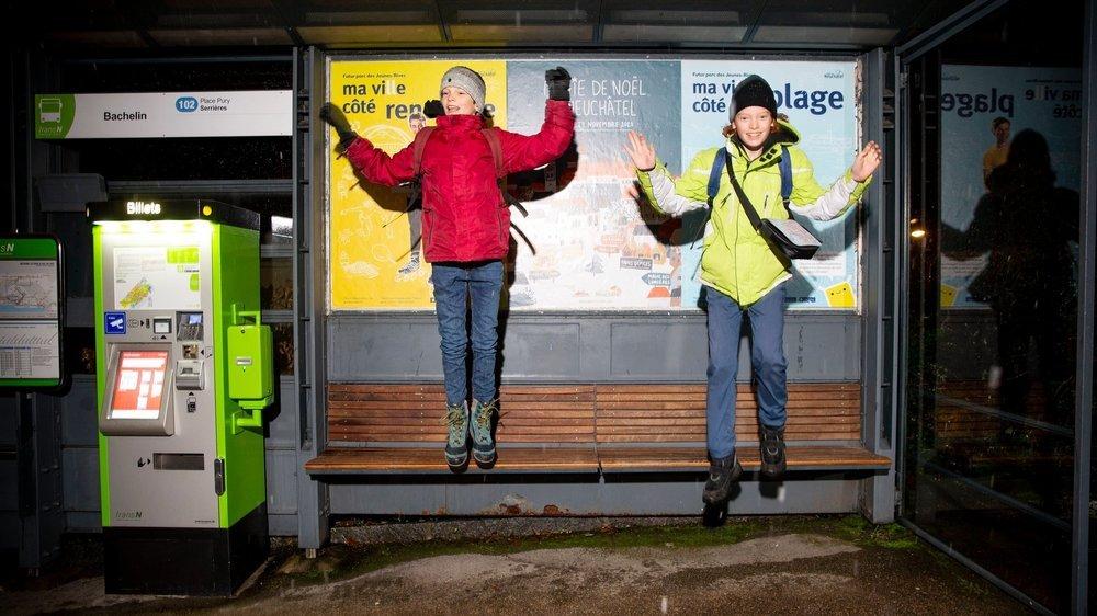 Alex (à gauche) et Marc, sont partis à 6h17 et sont rentrés à 22h05. Dans l'intervalle, ils ont parcouru les 31 communes du canton de Neuchâtel en transports publics!
