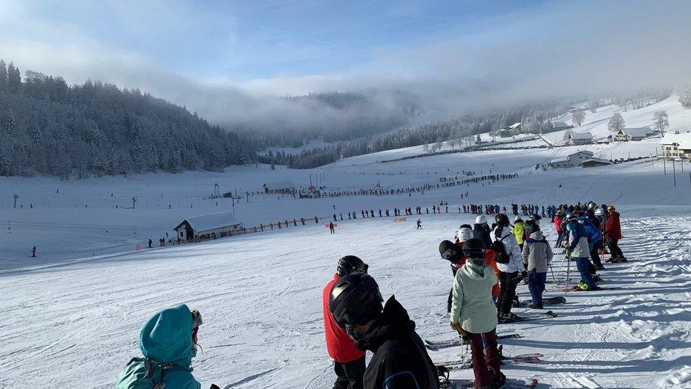 """Les skieurs ont dû se montrer patients ce samedi aux Bugnenets-Savagnières, comme ici au dessus du départ du téléski """"Chasseral""""."""