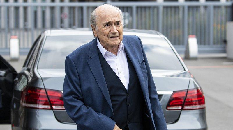 Football: la FIFA porte plainte contre Sepp Blatter