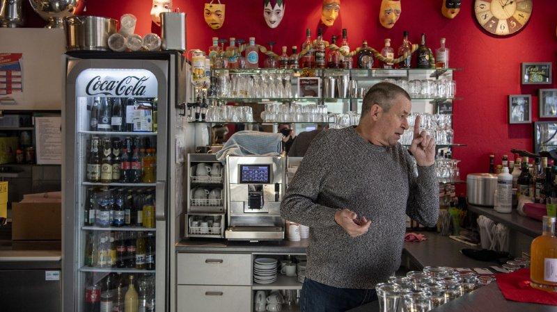 Ce tenancier de Schwyz a rouvert son bar ce lundi pour protester.