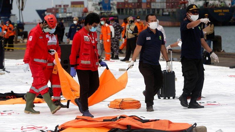 Crash d'un Boeing en Indonésie: débris et morceaux de corps retrouvés, boîtes noires localisées