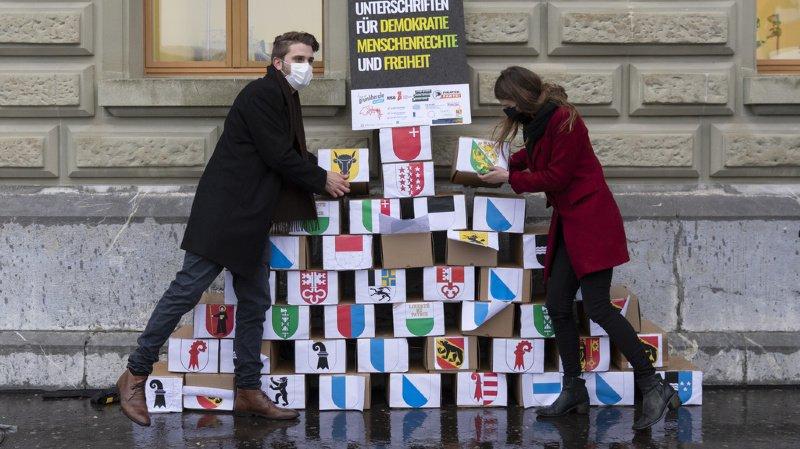 Référendum: quelque 142'800 signatures déposées contre la loi sur le terrorisme