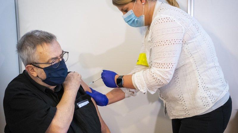 Jean-François, 75 ans, est le premier Neuchâtelois à avoir été vacciné contre le Sars-CoV-2. La campagne de vaccination a commencé ce lundi 28 décembre à Cernier.