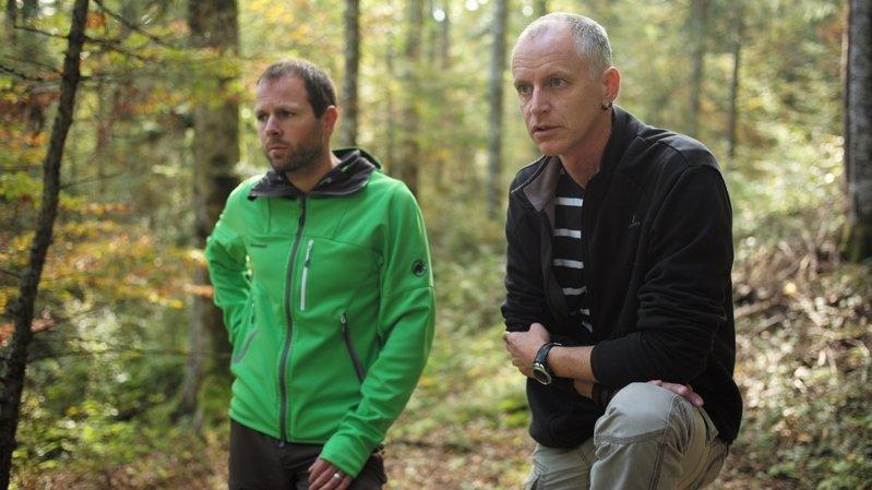 Pierre Alfter (en noir; ici avec le forestier Christian Luethi) est le nouvel ingénieur forestier cantonal.