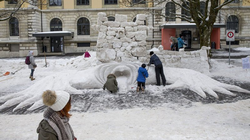 Chaque année, sculpteurs amateurs et confirmés se donnent rendez-vous à La Chaux-de-Fonds pour bâtir de grandes créatures de glace.
