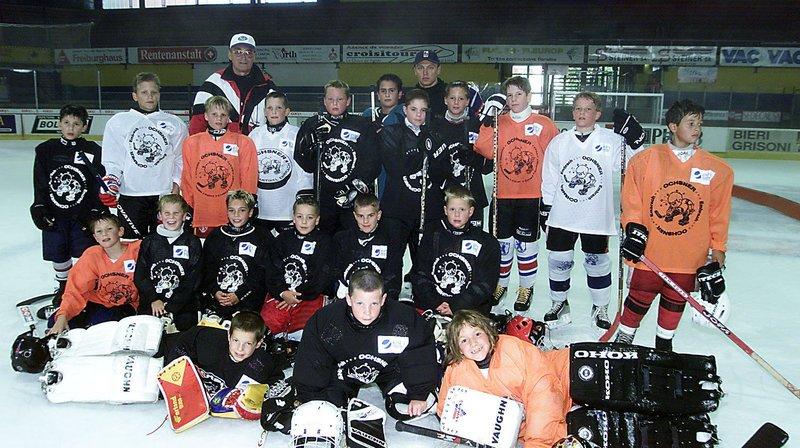 Jan Soukup aimait travailler avec les jeunes. Il se trouve ici (derrière le groupe à gauche) en compagnie d'hockeyeurs de l'Ecole internationale de hockey. C'était le 23 juillet 2001 aux Mélèzes.