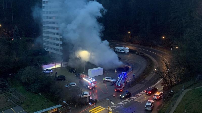 Neuchâtel: une voiture en feu sur un parking aux Cadolles
