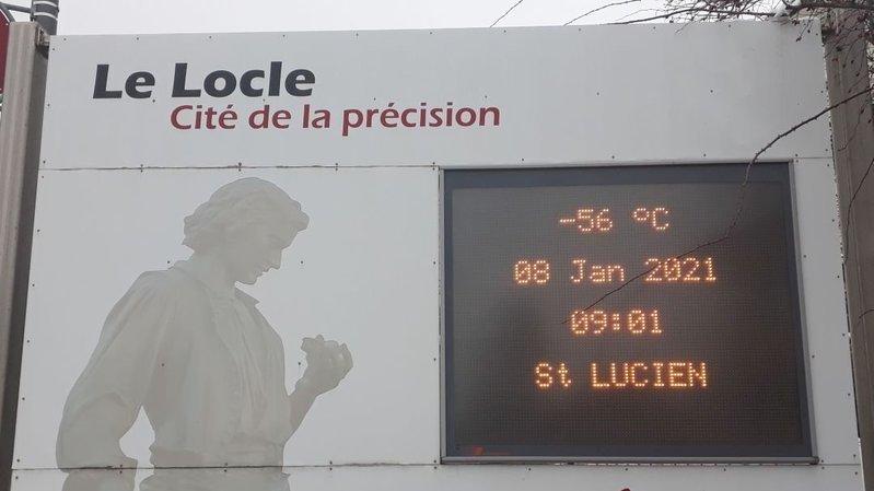 Le panneau à l'entrée Est du Locle annonçant une température pour le moins fantaisiste...
