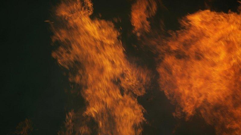 Un toit ravagé par les flammes à Saint-Imier